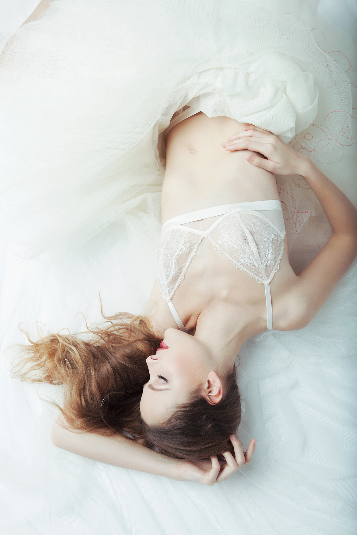 Streetglams: white lingerie magic for Passionata